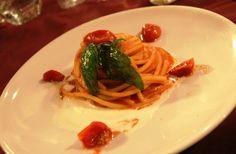 Spaghetto al pomodoro su crema di bufala e basilico fritto