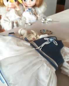 新しいお洋服が出来上がってきました。 ♡( ᵕ̤ૢᴗᵕ̤ૢ )♡ ニッキー達は@kakigori.yukoさんのスマイルちゃん達に頂いたクッキーでオヤツタイム☕️「いただきま〜す♪」(/ ´▽`)ノ☕️ヽ(´▽` \) #blythe#blytheoutfit#dollclothes#blythedoll#dollphoto#dollstagram#dollphotography#ドール#アウトフィット#harusya#ブライス#手作り