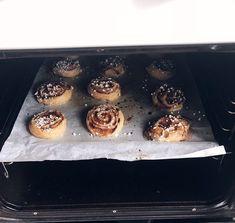 "Glutenfria, laktosfria och ""sockerfria"" kanelbullar! | Amanda Griddle Pan, Amanda, Muffin, Breakfast, Food, Morning Coffee, Grill Pan, Muffins, Meals"