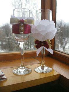 Bride And Groom Glasses, Wedding Wine Glasses, Diy Wine Glasses, Decorated Wine Glasses, Wedding Champagne Flutes, Wine Glass Crafts, Wine Bottle Crafts, Wedding Gift Boxes, Model