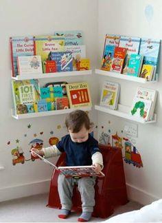 Cadeirinha e prateleiras na altura da criança para estimular envolvimento com livros desde cedo