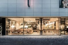 A thematically adapted ceiling element with unusual catenary lights supports the cosy atmosphere. Golden accents in the lights take up the packaging design of the products and represent the exquisite coffee culture.