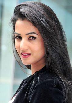 Download Sonal Chauhan Wearing Hot Backless Dress Wallpaper HD