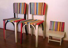 Cadeiras antigas de bar, de madeira, modelo BOTECO, com design clássico e renovadas com pintura moderna e listras coloridas.