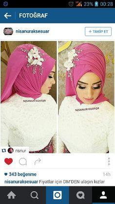 Pink hijab with white flower Tesettür Abiye Modelleri 2020 – Clothes Bridal Hijab, Hijab Bride, Wedding Hijab, Piercings, Hijab Trends, Hijab Tutorial, Moda Emo, Islamic Fashion, Quilling Jewelry