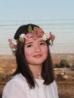 Corona de flores en tonos rosas