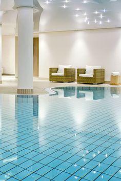 Hier lässt es sich aushalten: der luxuriöse Pool- & Spa-Bereich dieses 4* Wellnesshotels. #Wellnessurlaub #Pool #Spa