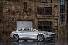 The long hood with distinctive lines and powerdomes, the crouched greenhouse with high beltline, the accentuated wheel arches as well as the 21-inch wheels (tires at front 265/35 R 21, at rear 295/35 R 21) and the visually broad rear substantiate the claim of the Concept S-Class Coupé as a masterpiece of automotive refinement