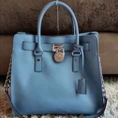 ✨MICHEAL KORS LARGE HAMILTON✨ Excellent condition. Daughter only used once. Decided to purchase another one. 100% Authentic. All my handbags are authentic. Dust bag include. Michael Kors Bags Shoulder Bags