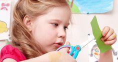 L'objectif est d'enseigner à l'enfant d'abord à repérer les changements de direction et ensuite à tourner la feuille plutôt que de réorienter ses ciseaux. Petite Section, Occupational Therapy, First Day Of School, Direction, Montessori, Activities For Kids, Children, Maths, Collage