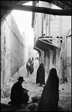 Faceless (and bodyless) women in Iran - Inge Morath. Historical Images, Historical Sites, Inge Morath, Iran Pictures, Teheran, Top Photographers, New York, Chiaroscuro, Magnum Photos