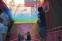 【画像】これは美しい…米ミネアポリス、七色の糸で「虹のトンネル」を再現(6枚)