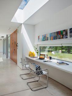 Ideas para una casa en un country: escritorio junto a una ventana y luz cenital a través de una claraboya.