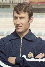 António Manuel Louro de Paula nasceu no dia 14 de Agosto de 1937 em Vila Nova de Gaia. Estreou-se na equipa principal do Futebol Clube do Porto na temporada de 1959/60. Vestiu a camisola azul e branca durante sete épocas, tendo participado em 160 partidas oficiais e apontado um golo contra o Lusitano Ginásio Clube de Évora, na vitória dos portistas por 5-0 na 9ª jornada do Campeonato Nacional de 1962/63, um jogo realizado no antigo Estádio das Antas no dia 30 de Dezembro de 1962. Antes…