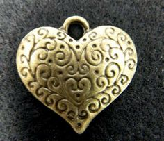 Pewter dije corazón grabado, oro viejo. Mide 22 x 27 mm. Se vende por pieza. $ 5.00 mn