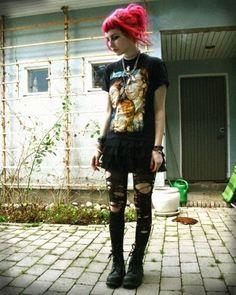 Her punk outfit and pink hair. Grunge Goth, Punk Rock Grunge, Mode Grunge, Estilo Grunge, Hipster Grunge, Grunge Hair, Grunge Style, Punk Outfits, Grunge Outfits