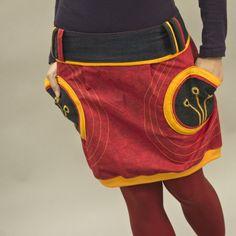 """Sukně """"Crazy red"""" Originální, veselá, hravá sukně, navržená v kombinaci plátna, džínoviny a úpletu. Na džínových kapsách zdobená dírkováním s ručním obšitím v několika barevných odstínech. Sukni doporučuji nosit spadlou na boky. Sukně je přes boky volná, takže se přizpůsobí různým postavám. Velikost na objednávku. K objednávce připište obvod sníženého ..."""