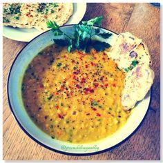 A leves szóról nekem mindig azok a menzás híg levesek jutottak eszembe, amikben általában órákig kellett keresni a zöldségeket és a tésztát. Nos ennek az élménynek köszönhetően, szinte mindig kirázott a hideg a leves szó hallatán. Egészen addig amíg el nem kezdtem főzni és végre igazi tartalmas… Vegan Blogs, Curry, Healthy Eating, Meals, Cooking, Ethnic Recipes, Cook Books, Heaven, Kitchen