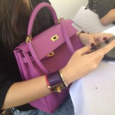 Pink-ish Hermes Kelly bag, and I spot a white chanel reissue in the… Hermes Bags, Hermes Handbags, Fashion Handbags, Fashion Bags, Sac Hermes Kelly, My Bags, Purses And Bags, Chanel Reissue, Moda Outfits