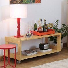 O Rack Pallet é feito em Madeira Pinus sustentável e possui rodas para facilitar sua mobilidade.Pode ser usado como aparador, bar,estante ou apoio para TV.