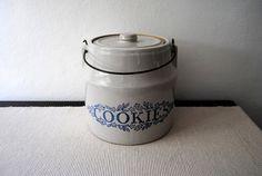 I live this nice, simple cookie jar.
