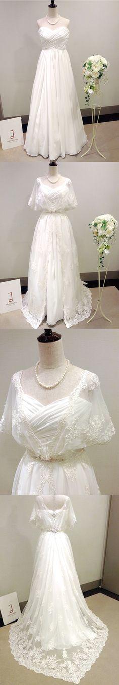 新作ウェディングドレス 江坂店/Tully(タリー)/中はシンプルなエンパイヤラインですが、その上にオーバードレスを羽織る2Wayタイプ。オーバードレスは全体に繊細なレースを施しており、アイボリーがかった色でアンティークな印象です。腰元には前と後ろどちらにもアクセントとなるビジューが付いているので、ナチュラルになりすぎず、お洒落に着こなして頂けます。バックスタイルも刺繍が透けるように見えるので、バージンロードを歩かれる時には、ひと際印象的に映ります。