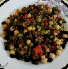 Frijoles negros, garbanzo, lenteja, salteado con ajo, morrón, zuquini, orégano, sal y pimienta