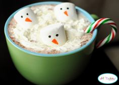 More Snowman Hot Chocolate ~ So simple ~ Just make your hot chocolate as you normally would, throw some whipped cream on top, add a candy cane to dissolve in the hot chocolate along with some food marker decorated marshmallows on top. Diy Xmas, Easy Christmas Treats, Christmas Party Food, Noel Christmas, Christmas Goodies, Simple Christmas, Christmas Baking, Holiday Treats, Holiday Fun
