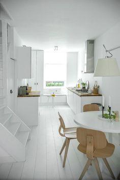 White kitchen via my scandinavian home Kitchen Dinning, New Kitchen, Kitchen Interior, Kitchen Decor, Kitchen Styling, Kitchen White, Dining Rooms, Minimal Kitchen, Dining Area