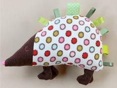 Kijk wat ik gevonden heb op Freubelweb.nl http://www.freubelweb.nl/freubel-zelf/zelf-maken-met-stof-en-lint-egel/