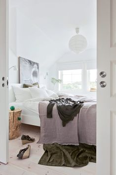 White, green and woody are the three whales on which many interiors are built. With this combination, designers achieve the effect of environmental ✌Pufikhomes - source of home inspiration Cosy Bedroom, Bedroom Desk, Bedroom Furniture, Navidad Natural, Norwegian Christmas, Window Design, Bedroom Styles, Decorating Blogs, House Colors