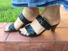 Sandália preta sem amarração. Fácil para usar com vestidos e saias longas.