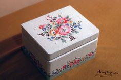 """Niewielkie lecz piękne pudełko pomieści biżuterię, bądź innego rodzaju """"różne różności"""". Doskonałe dla kobiety i dziewczynki."""