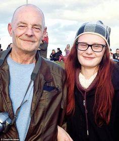 Chica de 18 años se comprometió con el portero de su escuela ante miles de personas. Él tiene 60