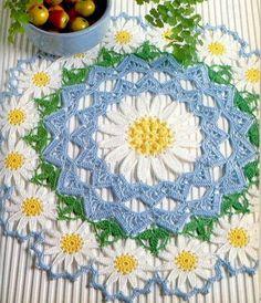 Crochet 'Daisy Corona' Doily ~ Free pattern by hallie Mandala Au Crochet, Crochet Daisy, Crochet Dollies, Crochet Doily Patterns, Crochet Home, Thread Crochet, Irish Crochet, Crochet Crafts, Crochet Flowers