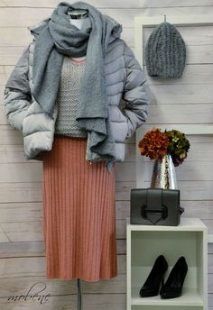 Casual Look mit Strickkleid, Strickpulli und Steppjacke in silber matt Overall Jumpsuit, Casual Look, Shorts, Girls, Tops, Fashion, Sequin Shirt, Occasion Dresses, Two Piece Outfit