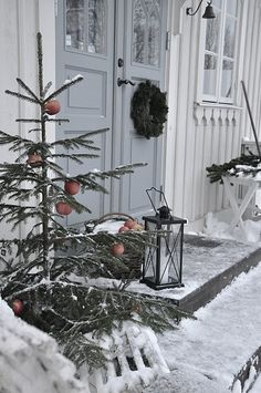 Winter curb appeal hang apples from tree branches ; Gardenista Winter curb appeal hang apples from tree branches ; Christmas Porch, Noel Christmas, Outdoor Christmas Decorations, Primitive Christmas, Country Christmas, Winter Christmas, Winter Porch, Simple Christmas, Natural Christmas