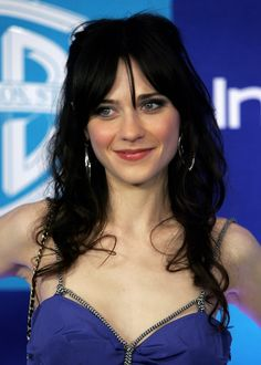 Zooey Deschanel Photos - Actress Zooey Deschanel arrives at the Warner Bros./InStyle Golden Globe after party held at the Oasis at the Beverly Hilton on January 2006 in Beverly Hills, California. Zooey Deschanel Hair, Zooey Dechanel, Emily Deschanel, Bangs Ponytail, Jessica Day, Side Bangs Hairstyles, Daniel Gillies, Emily Vancamp, Lena Dunham