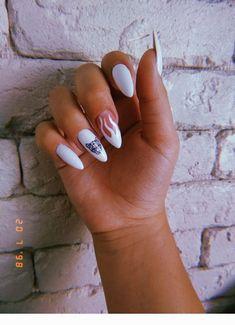 Semi-permanent varnish, false nails, patches: which manicure to choose? - My Nails Edgy Nails, Grunge Nails, Oval Nails, Stylish Nails, Summer Acrylic Nails, Best Acrylic Nails, Summer Nails, Mauve Nails, Glitter Nails