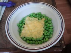 First sad meal photo . peas with American cheese Hot Dogs, Food Fails, American Cheese, Morning Humor, Yummy Food, Let It Be, Meals, Canning, Bagel