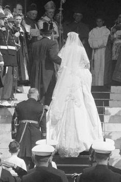 Grace Kelly Dans Sa Robe De Mariée En 1956 12 Grace Kelly Wedding, Grace Kelly Style, Princess Grace Kelly, Princess Kate, Princess Wedding, Celebrity Wedding Photos, Celebrity Weddings, Royal Brides, Royal Weddings