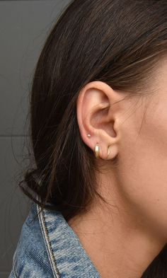 Trending Ear Piercing ideas for women. Ear Piercing Ideas and Piercing Unique Ear. Ear piercings can make you look totally different from the rest. Tragus Piercings, Ear Peircings, Cute Ear Piercings, Piercing Tattoo, Three Ear Piercings, Middle Cartilage Piercing, Different Ear Piercings, Body Piercings, Ear Jewelry