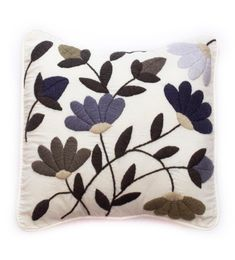 Woven or embroidered pillows on loom or hand. Cushion Embroidery, Hand Embroidery Flowers, Hand Work Embroidery, Embroidered Cushions, Crewel Embroidery, Hand Embroidery Patterns, Bed Cover Design, Cushion Cover Designs, Penny Rugs