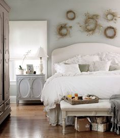 yeni evleneceklere dekorasyon fikirleri beyaz klasik yatak odasi modeli duvar suslemesi