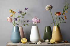 My Fair Ladies www.fennaoosterhoff.nl #vases #flowers #ceramics #porcelain fotografie: Louise te Poele