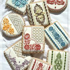 Slovak folk embroidery pattern on cookies #embroidery #vysivka #folk #slovak #slovakia #slovensko #cookies #gingerbreads #medovniky #perniky #folklor