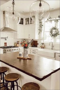 35 Best Farmhouse Kitchen Decor Ideas to Fuel Your Remodel Nowadays people are very creative, kitchen design is not an exception. You can find a lot of beautiful rustic farmhouse kitchen design examples. Modern Farmhouse Kitchens, Farmhouse Kitchen Decor, Home Decor Kitchen, New Kitchen, Home Kitchens, Rustic Farmhouse, Farmhouse Style, Farmhouse Remodel, Farmhouse Sinks