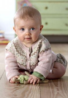 De stumpede bukser er nemme at strikke, for de er nærmest lige op og ned Knitting For Kids, Baby Knitting Patterns, Baby Patterns, Baby Barn, Baby Cardigan, Baby Crafts, Our Baby, Beautiful Babies, Kids And Parenting
