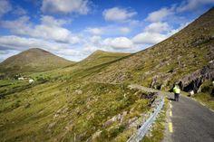 Pédaler sur les routes sinueuses du Col d'Healy Pass, dans le comté de Cork !  © Tourism Ireland #healypass #comtedecork #ireland #irlande #bicycle #travel #wildatlanticway #road #roadtrip Wild Atlantic Way, Road Trip, Routes, Cork, Mountains, Nature, Travel, Naturaleza, Viajes