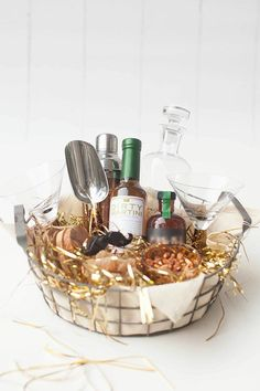 Gorgeous Gift Baskets So Easy to Copy, It's Ridiculous The perfect gift basket for the cocktail enthusiast Liquor Gift Baskets, Gift Baskets For Men, Raffle Baskets, Wine Baskets, Basket Gift, Food Gifts, Craft Gifts, Diy Gifts, Cocktail Gifts
